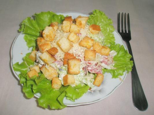 Салат с сыром кириешками и курицей